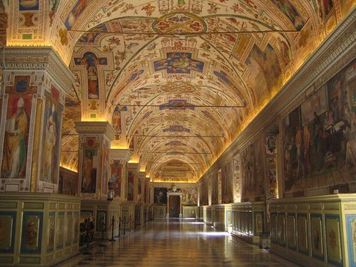 ルネッサンス様式の建物内部には、壮麗な天井画や壁画など数々の装飾が施されています。豪華絢爛な美術館内部は、ルネッサンスが開花したフィレンツェが歩んできた栄光の歴史を物語っています。