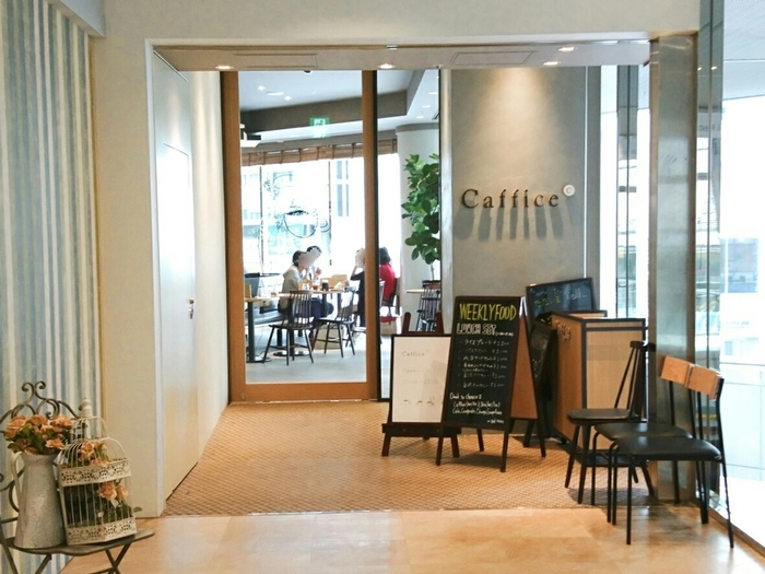 JR新宿駅の新南口から徒歩約3分。ダイニングカフェと最先端のインターネット環境を融合させたというカフェで、昨年2月にリニューアルしたばかりです。