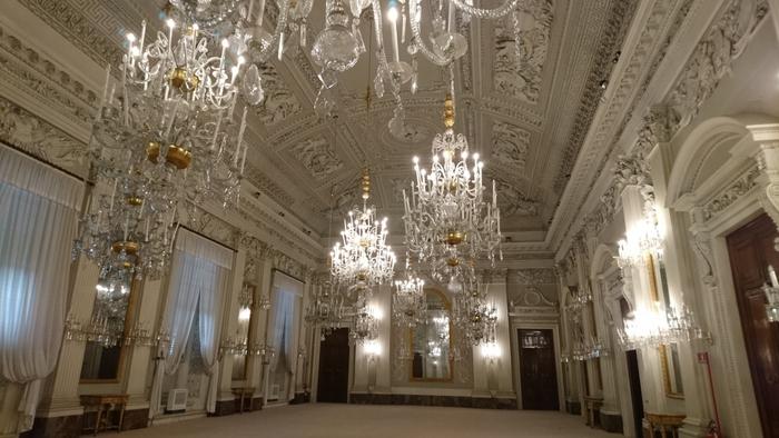 宮廷として使われてきたピッティ宮殿の内装の煌びやかさは傑出しています。高い天井、天井から吊るされた華やかなシャンデリアが、豪華絢爛な内装と調度品の美しさを引き立てています。