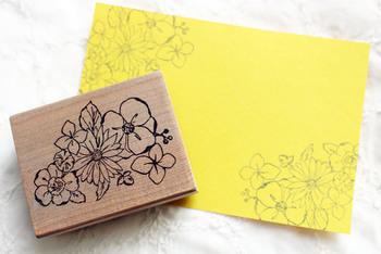 無地の紙でも、お花などの大判スタンプを押すだけで、雰囲気のある素材に変身。インクの色も自己流にアレンジすれば、オリジナル柄を手軽に楽しめます。失敗が少ないので、お子さんと一緒にトライしてみてはいかがでしょう。