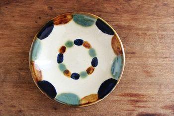 こちらは沖縄の窯元のひとつ、一翠窯の作品です。色彩のバランスが美しく、自由さと力強さを感じるデザインですね。