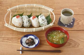 こちらは富山県で作られている「手つき楕円ざる」。本体は淡竹が、縁には強度のある真竹が使われています。ざるなので野菜や蕎麦など麺類の水を切るのに使えるほか、こんな風におにぎりや果物を乗せても、風情が楽しめます。