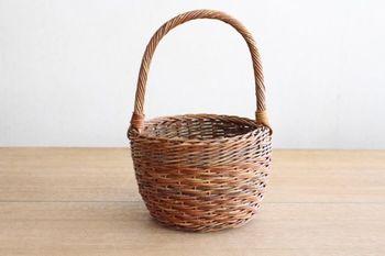 「あけびのかごバッグ」は、青森の伝統工芸です。青森で取れるあけびの蔓を、職人さんがひとつひとつ丁寧に編み込んでいます。とても丈夫で、経年変化でどんどん飴色にツヤがでていくので、何十年と長く長く使うことができます。