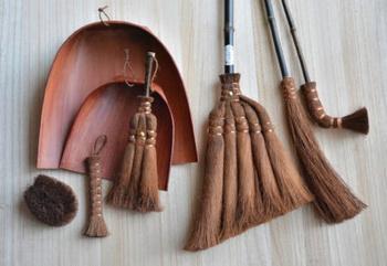 山本勝之助商店(かねいち)の「棕櫚(シュロ)ほうき」は、和歌山県の伝統工芸です。手軽でエコな掃除用品として最近人気のほうきですが、棕櫚製のものは適度に天然の油分が含まれているので、ワックス効果もあるのだそう。見た目も職人技が光り、スタイリッシュですね。