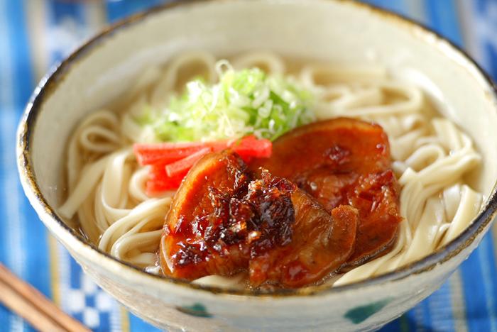 """本格的な沖縄そばのレシピ。""""そば""""といっても小麦粉を使った麺でつくられる「沖縄そば」。その上に、ラフテーのように味付けした豚肉と紅しょうがをのせれば沖縄気分に…♪"""