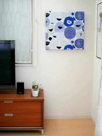 ざっくりとした風合いが素敵なカウニステのスンヌンタイのファブリックパネル。すこしずつ色合いの違うブルーが使われていて、うっとりと眺めていたくなります。
