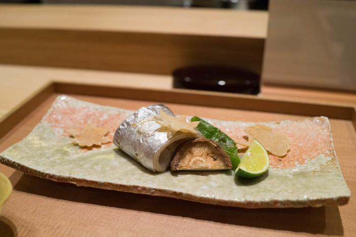 店名からもお分かりの通り、こちらではお蕎麦だけでなく、割烹料理もいただくことができます。太刀魚と椎茸の焼き物をはじめ、京野菜の白和えなど、新鮮な食材で丁寧に作られる職人さんの仕事を垣間見ることができます。
