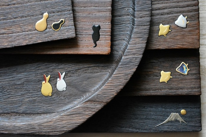 石川県金沢の伝統工芸、桐工芸品。石川県指定伝統工芸品に認定されています。こちらは「岩本清商店」の蒔絵のトレイです。味わい深い桐のトレイに、ちょこんと入れられたかわいらしい高蒔絵が素敵ですね。
