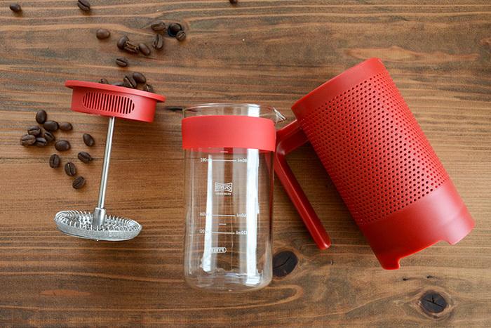 準備が「簡単」であることも、フレンチプレス式の大きな魅力。使用する器具は、こちらの「コーヒープレス」のみ。金属製のプレスフィルターが付いたプランジャーと、耐熱ガラスのビーカーで構成されています。