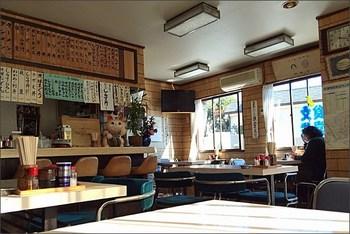 食堂の中は昔懐かしい椅子やメニュー表。初めてでも、一度訪れたことのあるような親しみのある空間です。