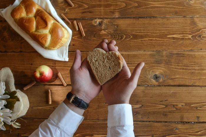 食欲などが減退する一般的なうつ病と違い、ウインターブルーは食欲が増し、とくに炭水化物を求める傾向にあることが分かっています。それは、セロトニンを合成するために炭水化物のエネルギーが必要だから。そのため、冬になると太りやすい、炭水化物を求めるという人は、ウインターブルーを発症している可能性があるのです。