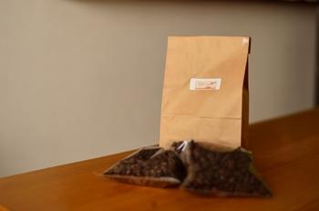コーヒーの豆・粉は周りの湿気や匂いを吸収しやすいので、密閉容器に移して保存しましょう。なかなか使い切れそうにない場合、豆の状態なら密閉容器ごと冷蔵庫、粉の状態で3週間以上長期保存したい場合は冷凍庫へ。とはいえ徐々に鮮度が落ちますので、フレッシュなうちに飲みきれるよう適量を購入するのがおすすめです。