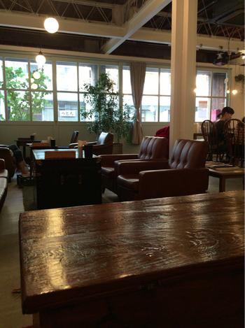 築50年のアパート兼倉庫をカフェに作り替えた「fukadaso cafe(フカダソウ カフェ)」。歴史を感じさせるレトロな店内が素敵ですね。