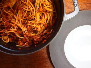 ひき肉とトマト缶をあわせて炒めるだけのお手軽なボロネーゼ。ここにセロリをいれて風味をアップ、茄子をいれれば食感を楽しむことができるレシピです。牛肉のうまみをパスタいっぱいに絡めていただきましょう。