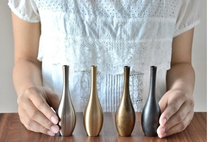 富山県高岡は、鋳物工芸が盛んな地域。こちらは大正5年創業の老舗金属加工メーカー「能作 (のうさく)」の、真鍮製の花器です。こちらもすべて職人さんによる手作業で作られています。4パターンそれぞれ違った表情が魅力的な一輪挿しです。