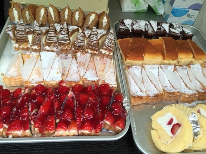 人気の秘密は、好きなだけ試食できるシステム。ケーキは全て、ホール単位で販売されているので、買う前に味をチェックできます。試食用と言っても一切れは、カットケーキ並みの大きさ。ホールケーキも庶民価格です。【画像は、試食用のケーキ】