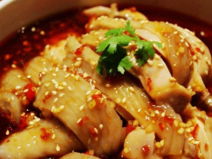 鶏肉を蒸し器で柔らかく蒸し上げることがポイント。花椒(ホアジャオ)と呼ばれる山椒よりも辛い中華スパイスは粉砕して粉にします。ニンニク、ネギ、エシャロット、ショウガはすりおろし、火にかけてソースを作ります。手間がかかる分、より本格的な味わいに。