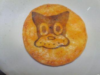 こんなお土産はいかが?「のらくろロード」にある「深川いろは煎餅」で販売されている「のらくろ煎餅」。「深川いろは煎餅」では、手焼きの美味しいお煎餅が各種販売されています。