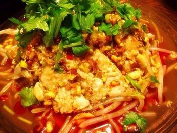 辛いもの好きな方は、自分で調節してお好みの辛さにできますよ。ラー油に豆板醤や花椒が入ってしびれる辛さです。ピーナッツやクルミを砕いてかけるのがポイント。