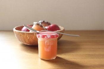 リンゴのシーズンに是非作っておきたい自家製のりんごジャム。自分でジャムを作れば甘さも調節できますよ。カッテージチーズや豆腐クリーム、ヨーグルトに添えて召し上がれ。