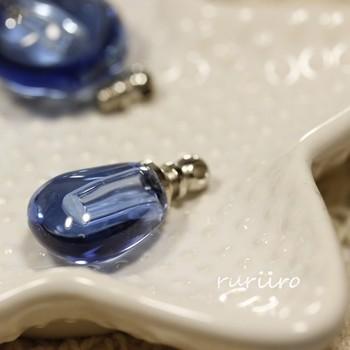 アロマオイルや香水などを少量入れることができる「クリアブルーボトルチャーム」は、旅先でのリラックス用に「お気に入りの香り」を使いたい時や、お出かけ先での「気分転換」などに香りを持ち歩きたい人にぴったり。  深みのあるガラスの青色も美しいですね。