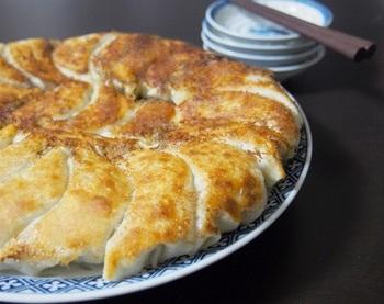 豚ひき肉を使う料理といえば、餃子ですよね!こちらのレシピは、焼くとき、ぎょうざ、油をひいてすぐに水を加えふたをするのがポイントだそう!
