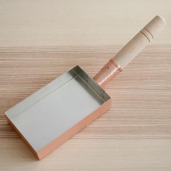 """こちらは先ほどの老舗道具やさん""""工房アイザワ""""のたまご焼き器。純銅製です。縦長のこの姿は、関西風。"""
