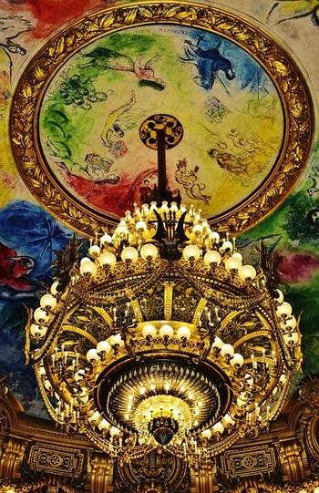 パリ・オペラ座。客席の真上に広がる『夢の花束』(1964年~)。 ラヴェル「ダフニスとクロエ」、ドビュッシー「ペレアスとメリザンド」など14のオペラ~バレエ作品に材を取って描かれました。マチネ(昼公演)がない時は内部を見学できるそうです。