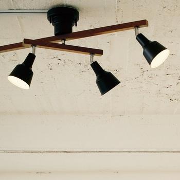4つのライトのうち、真ん中の2つが可動する便利でおしゃれなシーリングライト。照らしたい場所を照らすことができ、スポットライトのようにも使えます。それぞれ角度も自在に動かせますので、影を作って立体感を出したり、光の演出が楽しめます。スタイリッシュなモノトーンのお部屋におすすめ。