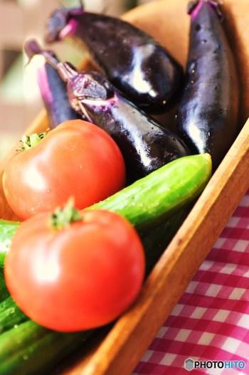 反対に、体を冷やす作用のある野菜の特徴としては、夏に旬を迎える・暑い地域でとれる野菜が挙げられます。例えば、トマトやナス、キュウリといった美味しい夏野菜が当てはまりますが、夏野菜は水分が多いうえに生で食べることが多いですよね。しかし水分が多いと体に水分が溜まって体が冷えやすくなってしまうのです。  冷えがつらい人には夏野菜を生で食べるのは控えた方がいいですが、熱のある時や夏バテにはぴったりなので、体調に応じて取り入れ方を工夫してみましょう!