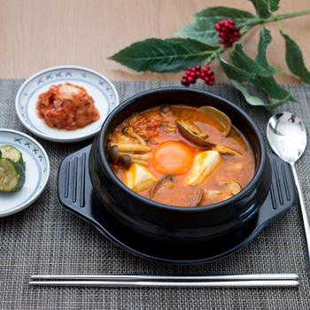 白いご飯だけでなく、うどんやお餅と一緒に食べるなど、合わせ方のバリエーションもさまざまなスンドゥブ・チゲ。おうちで韓国料理が作れるのも嬉しいですね。自分好みの辛さと材料の相性を見つけて、体も心も元気になりましょう♪