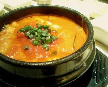 スンドゥブ・チゲは、美味しいスープと辛さが特徴。豆腐がメインの鍋料理でもあります。一度食べればやみつきになることも♪スンドゥブ・チゲで活力をチャージして、寒い季節を乗り切りましょう!
