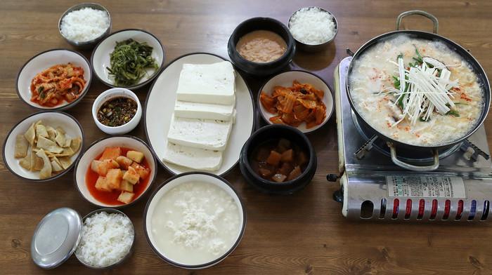 スンドゥブ(純豆腐)は、日本のおぼろ豆腐に似た韓国のお豆腐の名前です。純豆腐をたっぷり使って鍋にしたのが「スンドゥブ・チゲ」と呼ばれるお馴染みの料理♪日本の絹ごし豆腐などで代用できますよ。