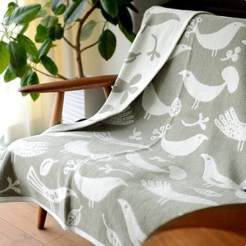 スウェーデンの老舗ブランケットブランド「KLIPPAN(クリッパン)」のシュニールコットンブランケットは、椅子やソファにかければ素敵なインテリアにもなり、肌寒いときには羽織ったりと、春から秋にかけて活躍するアイテム。北欧の森が感じられるデザインです。
