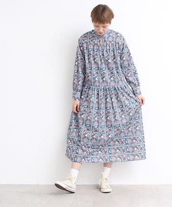 """伝統的な柄をベースにしたボタニカルデザインもまた、春のお出かけを盛り上げてくれます。 こちらは、リバティプリントで有名な、英国リバティ社のスカーフにインスパイアされた一着。ホタテ貝のような""""向き""""を感じさせる柄が美しく配置されていて、レトロすぎない、洗練された印象を放っています。"""