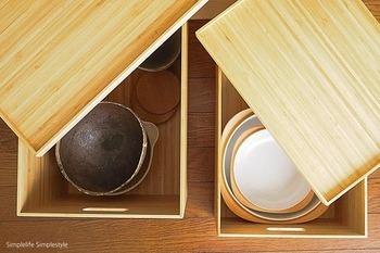 頻度の低い土鍋や大皿はボックスに入れて。見た目もスッキリ収納できる上に埃がかぶることなく清潔ですね。