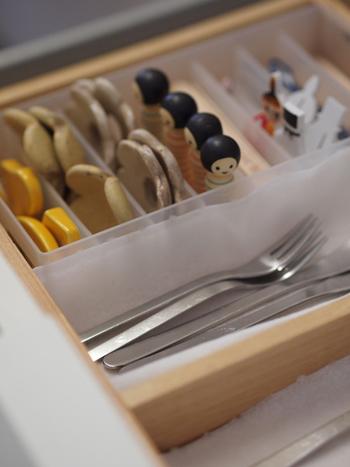 特にカトラリーや箸置きなど細々としたものは整理ボックスを使うと便利です。