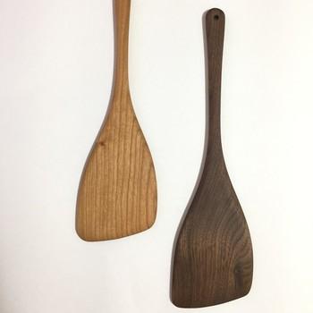 使えば使うほど愛着が湧いてくる、木製料理道具もおすすめ。 こちらは無垢材をイチから削りだした木べらで、ナチュラルなテイストがお好きな方にはたまらない逸品。  他に、スプーンや食器なども木製のものをいくつか揃えたくなりますよね!
