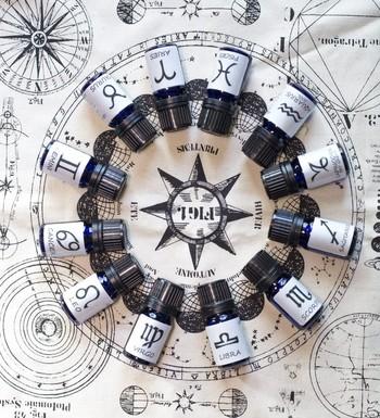 太陽の見かけ上の通り道にあたる「黄道」は、古くから天体観測などで重要とされてきました。 「黄道十二宮」とは、この黄道の軌道を12分割した領域のこと。  また、「黄道」の上には、天秤座や乙女座などの占星術でよく知られる星座が並んでおり、「黄道12星座」と呼ばれています。