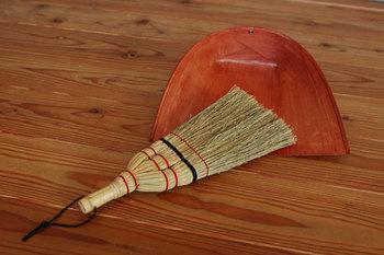 ミニマリストへの近道、まずはお部屋のお掃除をちゃんとすることから始めましょう♪  素敵なほうきとちりとりがあれば、気持ちよくお掃除することができそうですよね!
