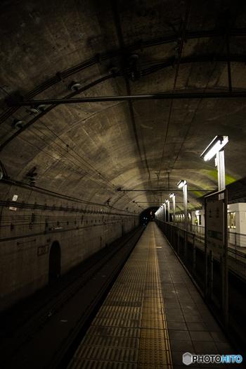 土合駅は、新清水トンネル内に長岡方面へ向かう下りホームが設置されたために、上下ホームで70メートル以上もの標高差があります。この珍しい駅構造から土合駅は、「日本一のモグラ駅」との愛称で親しまれています。