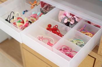 整理ケースで中を仕切れば、ヘアアクセサリーなどの小さな物を入れておくのに便利で見やすいですね。