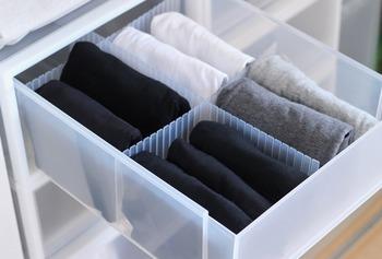 重なってごちゃつきがちな下着や靴下類も仕切りがあればスッキリと。絡まず取り出しやすそうです。
