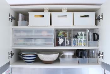 クローゼットや押し入れの他に、こんなところでも収納ケースは活躍。食器戸棚に使えば、小物も取り出しやすくなりますよ。