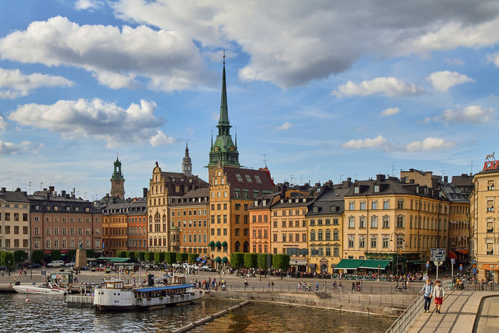 人口約87万人の首都ストックホルムは、大小さまざまな群島により構成されています。市内にはバルト海につながる運河や緑豊かな公園などがあり、北欧最大級の都市でありながら、自然が身近にある落ち着いた環境です。