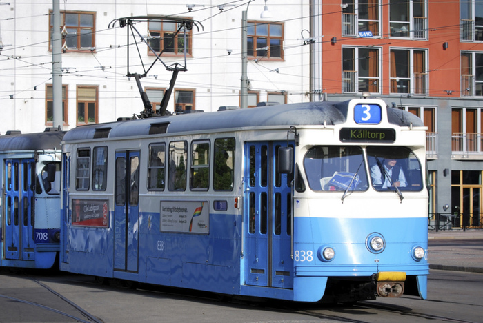 スウェーデン国内、特にストックホルムやヨーテボリなどの都市部は公共交通網が充実しているので、ぜひ観光にも活用しましょう。  ストックホルム公共交通(SL)の場合、乗車してからはチケットが購入できないので、乗車前にチケットを購入します。Travel Card(24時間、72時間、7日間券があります)を購入すると、SLが運行するトラム、バス、地下鉄、郊外電車、船が乗り放題になり、とても便利です。