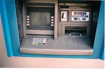 また、クレジットカードや国際キャッシュカード(PlusマークもしくはCirrusマーク付きのカード)があれば、街角のATMで現金を引き出せます。ATMには、写真のようにBankomatという看板がついています。タッチパネルは英語表示に切り替え可能です。