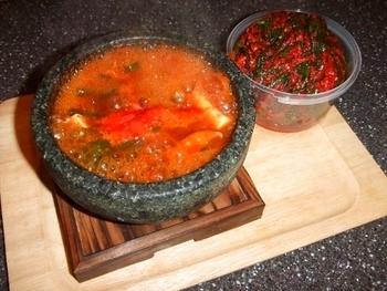 スンドゥブ・チゲにはよく豚肉が使われますが、こちらは牛肉を使ったレシピです。お肉の種類を変えるとまた味わいの変化を楽しめるでしょう。石鍋で作ると見た目も豪華ですね♪