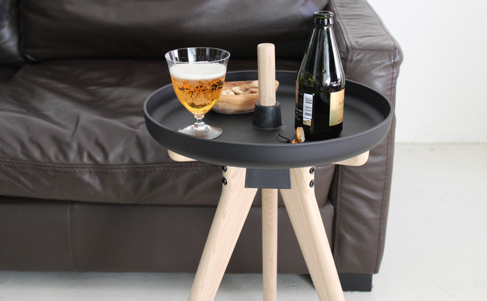 座面を上下付け替えることで、サイドテーブルやトレーにも変身するスグレモノです。