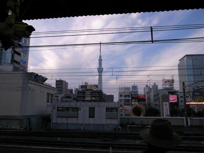 こちらは錦糸町駅。夕暮れのホームから見えるスカイツリーも、味があっていいですね。